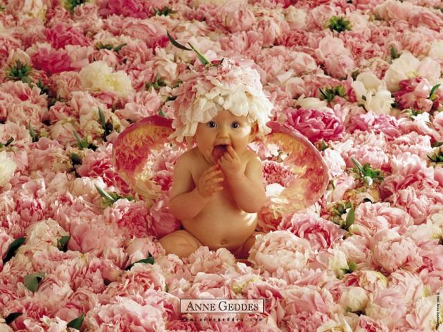 Bimba tra i fiori